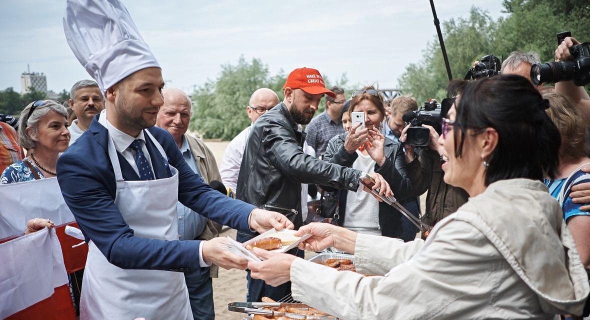 """""""Druga tura wyborów w Warszawie to pewniak"""" - mówił jeden z analityków firmy bukmacherskiej. Może zwiódł go entuzjazm Patryka Jakiego? Tony usmażonych kiełbasek jednak nie pomogły"""