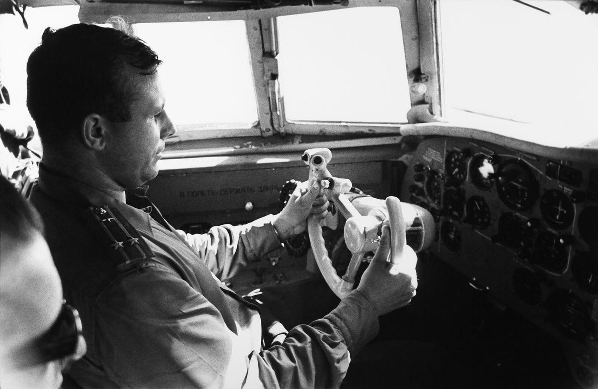Jurij Gagarin za sterami samolotu, lata 60., ZSRR