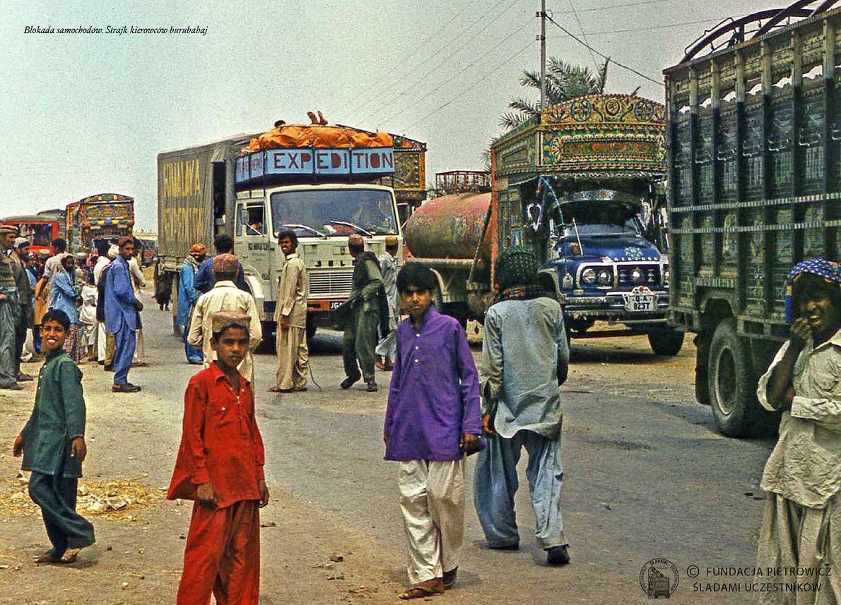Załoga Jelcza w trakcie przerwy na pustyni w Pakistanie. Zdjęcie z archiwum Bogdana Dejnarowicza