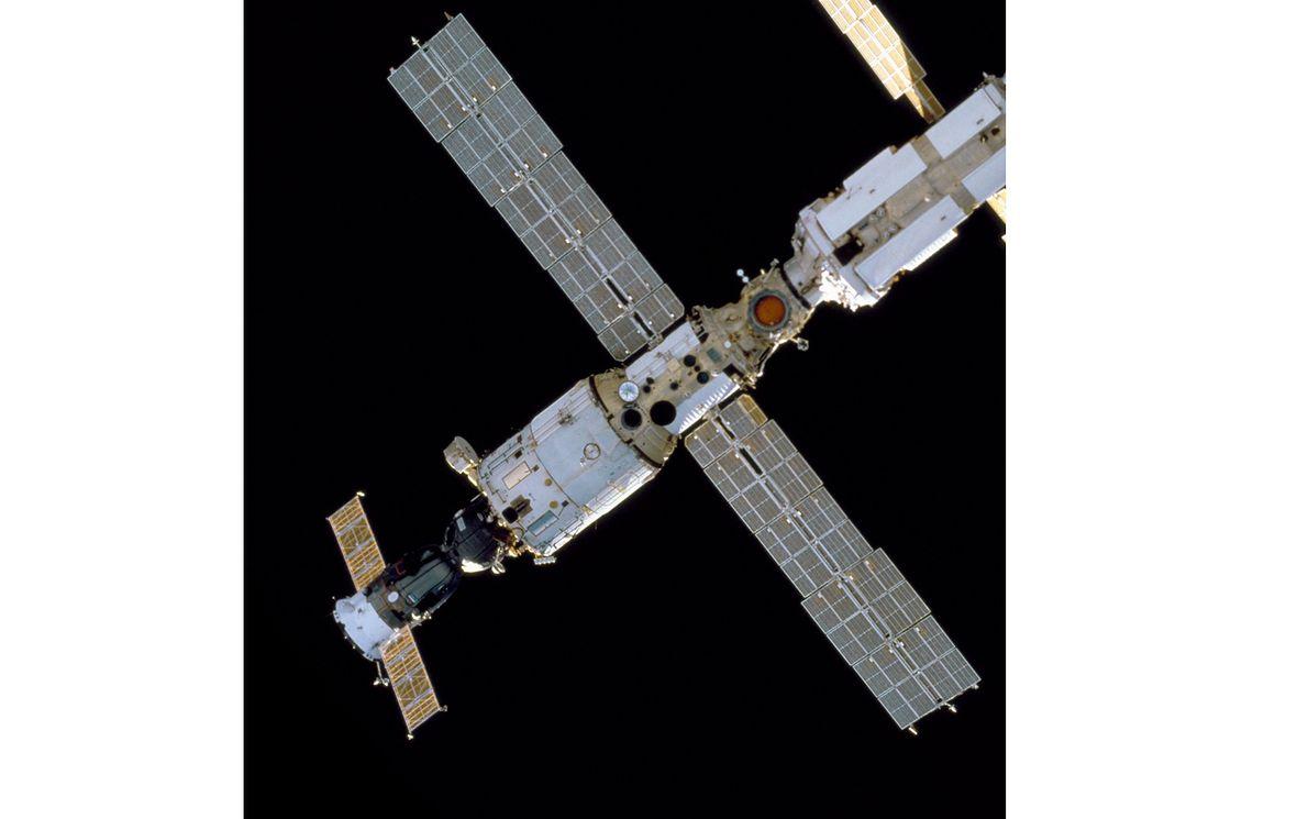 """Zbudowany przez Rosjan moduł Międzynarodowej Stacji Kosmicznej """"Zwiezda"""" (ros. gwiazda)"""