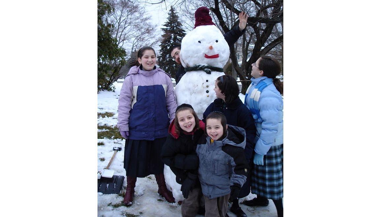 Deen z dziećmi lepią bałwana