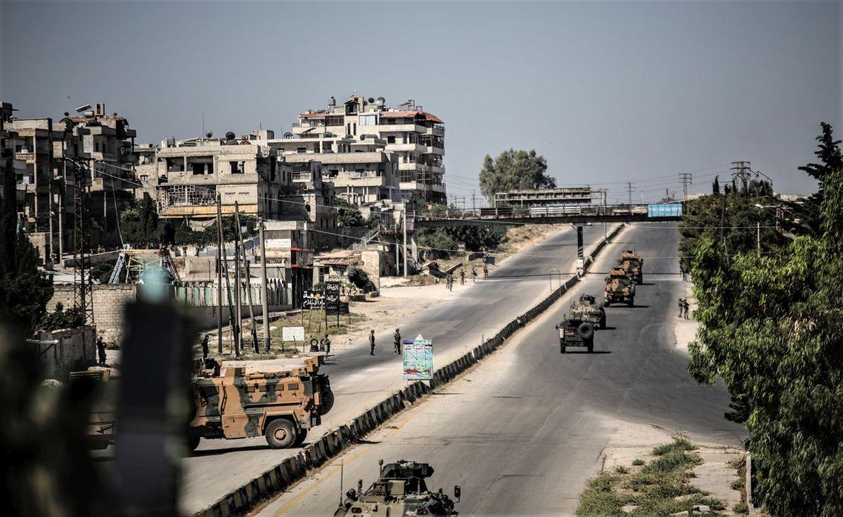 Wspólny turecko-rosyjski patrol w syryjskim mieście Idlib. Rosyjska interwencja w Syrii okazała się sukcesem i dała Kremlowi paliwo do działań m.in. w Afryce