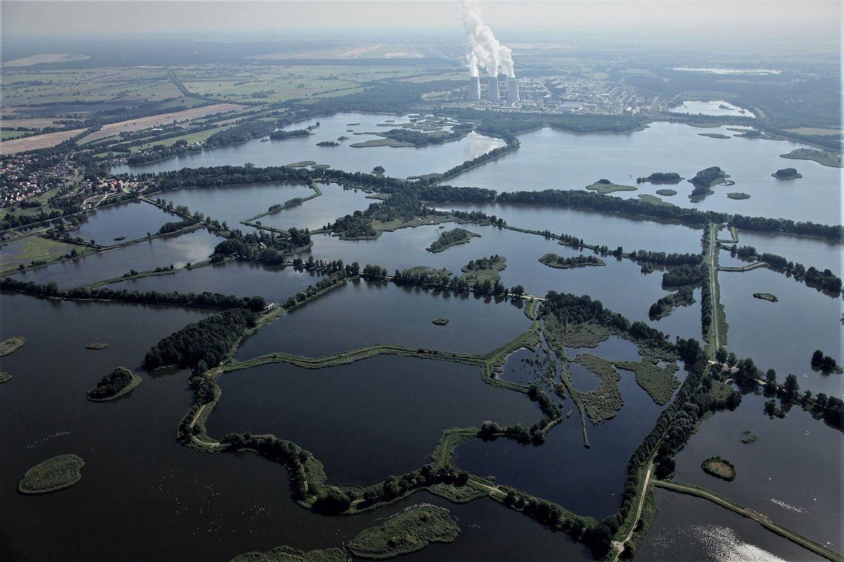 Stawy po niemieckiej stronie granicy, w oddali elektrownia Jaenschwalde. Niemcy planują stworzyć sztuczne jeziora na miejscu kopalnianych wyrobisk. Przeszkadza w tym od kilku lat susza