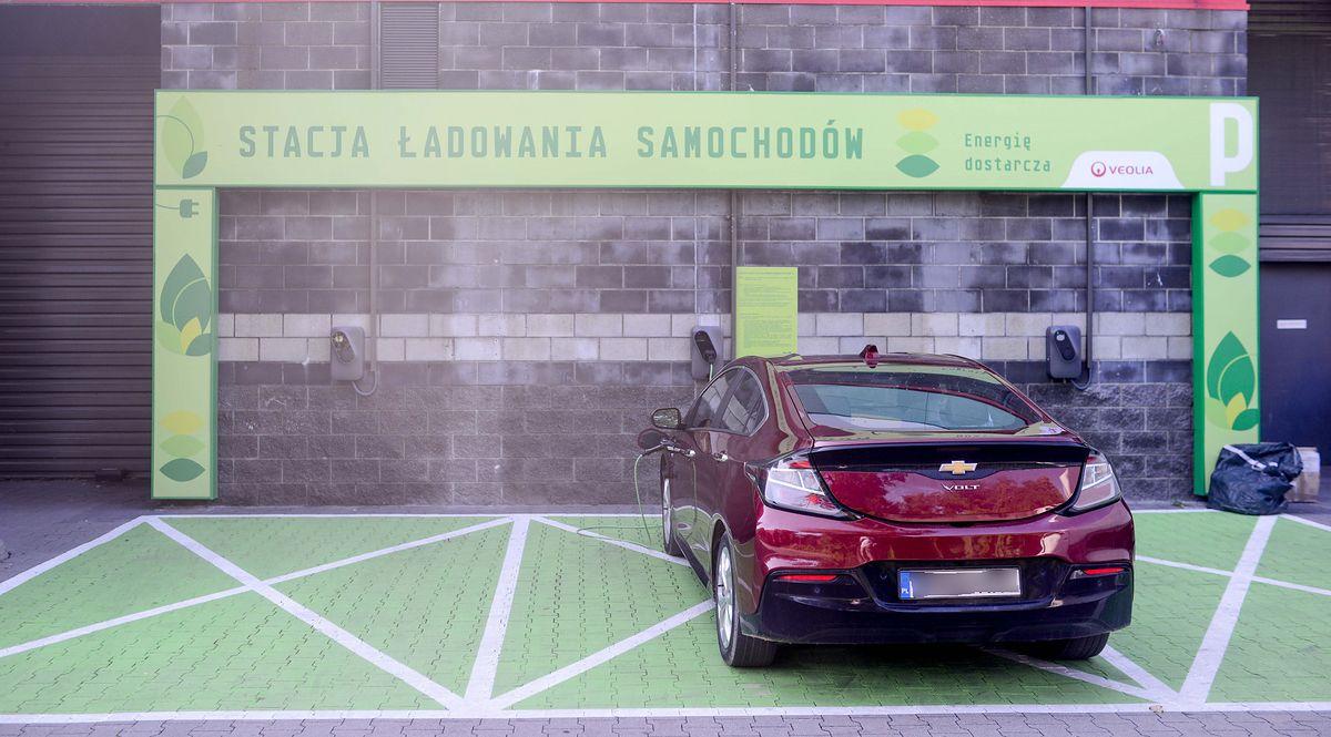Mało aut, drogi prąd i obcięte dopłaty. Plan rozwoju elektromobilności w Polsce powoli się sypie