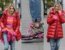 Kolorowa Małgorzata Rozenek w dziwacznych butach ładuje banany na papierową tackę (ZDJĘCIA)