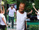 Donald Tusk na placu zabaw z wnukami popisuje się piłkarskimi umiejętnościami (ZDJĘCIA)