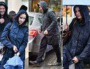 Szczęśliwy Tomasz Karolak i pochmurna Viola Kołakowska  w strugach deszczu wsiadają do maserati za 400 tysięcy (ZDJĘCIA)