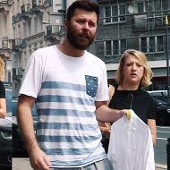 Gessler eskortuje męża z brudną koszulą do pralni?