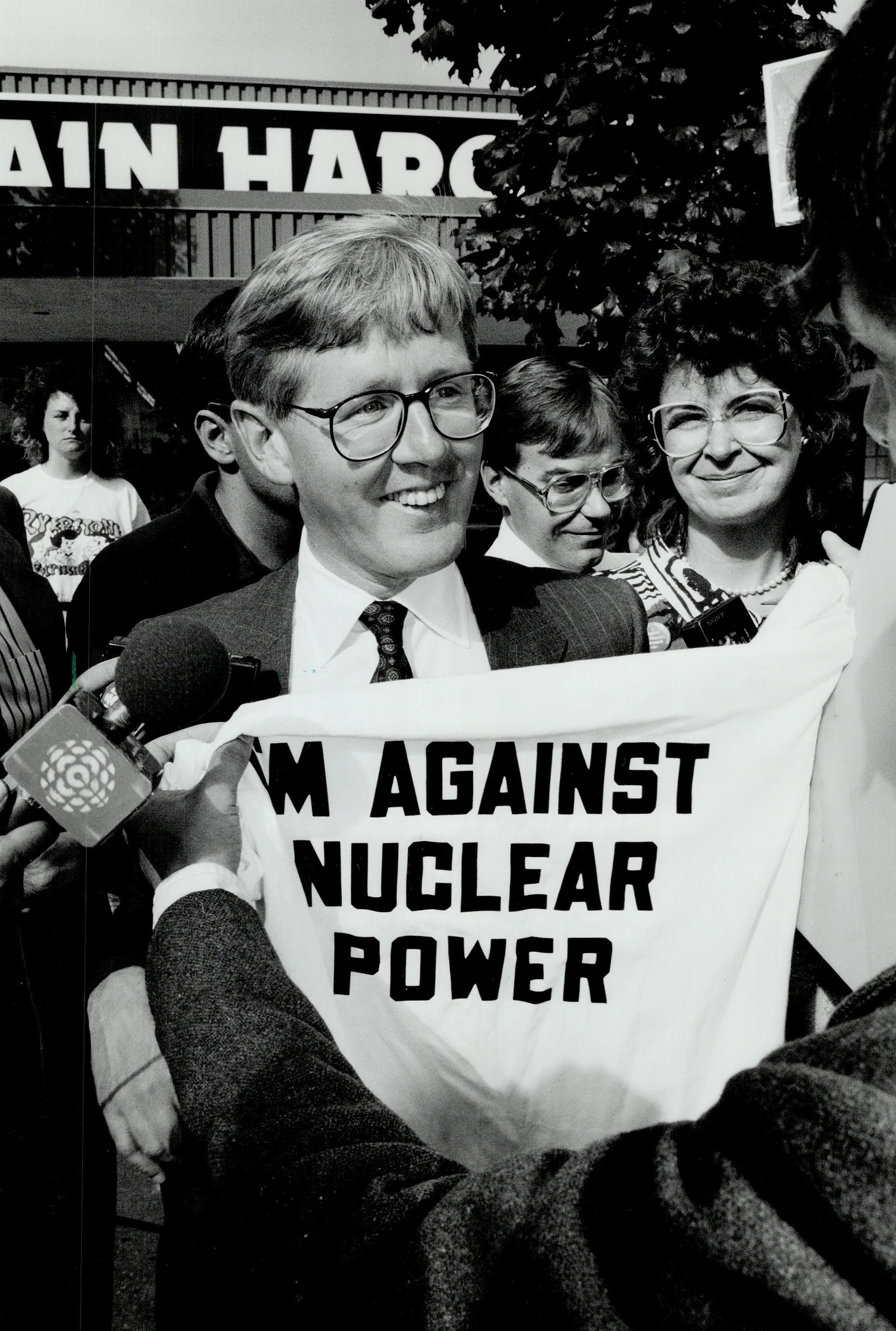 Polityk Bob Rae z t-shirtem organizacji Greenpeace / 1990