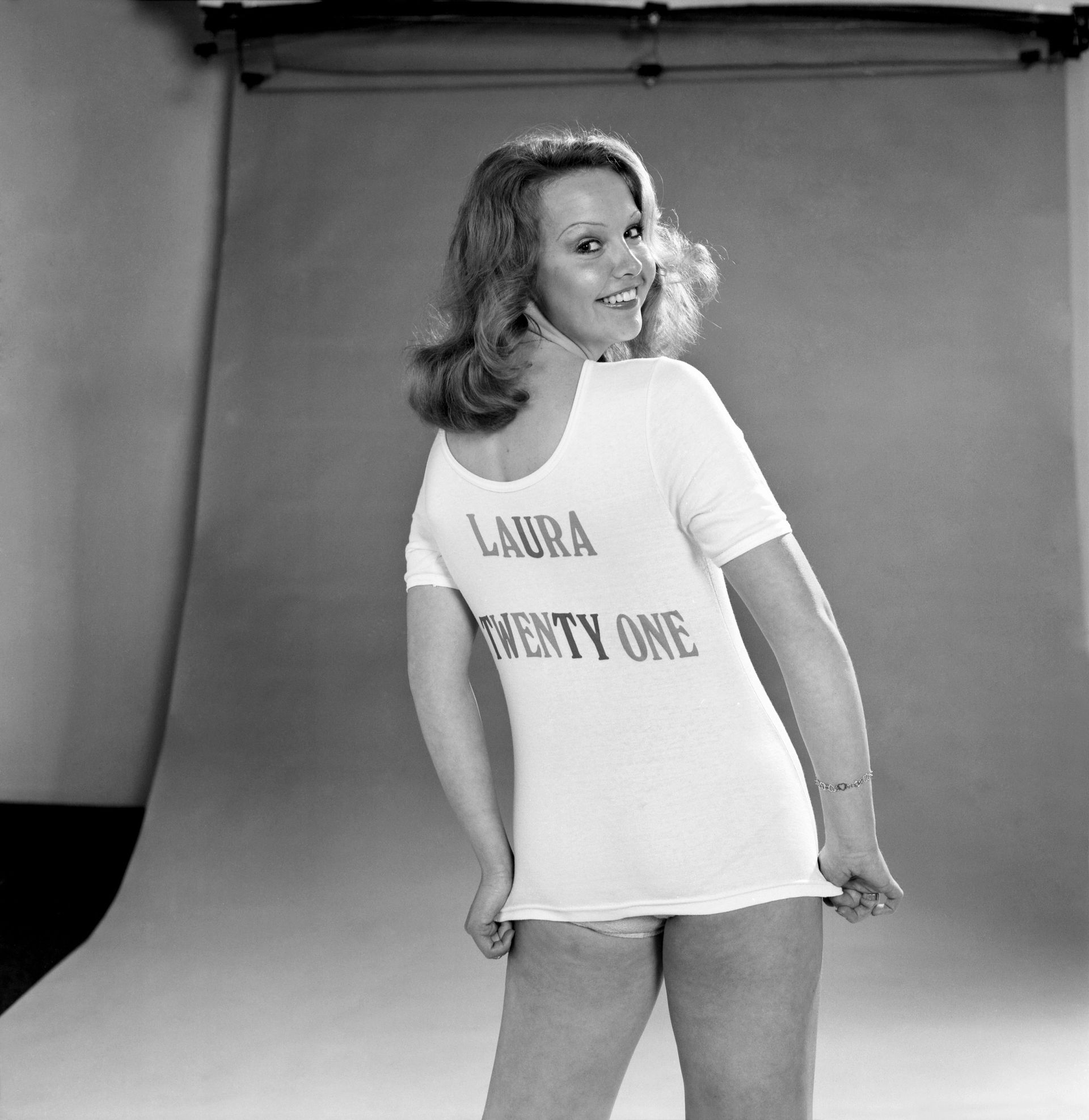 Laura Collins w koszulce