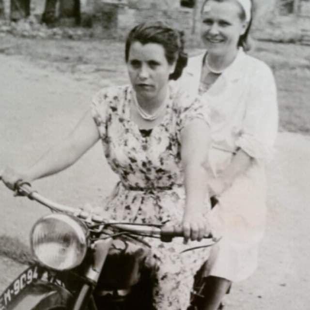 Mam pani Haliny w czasach młodości na motorze