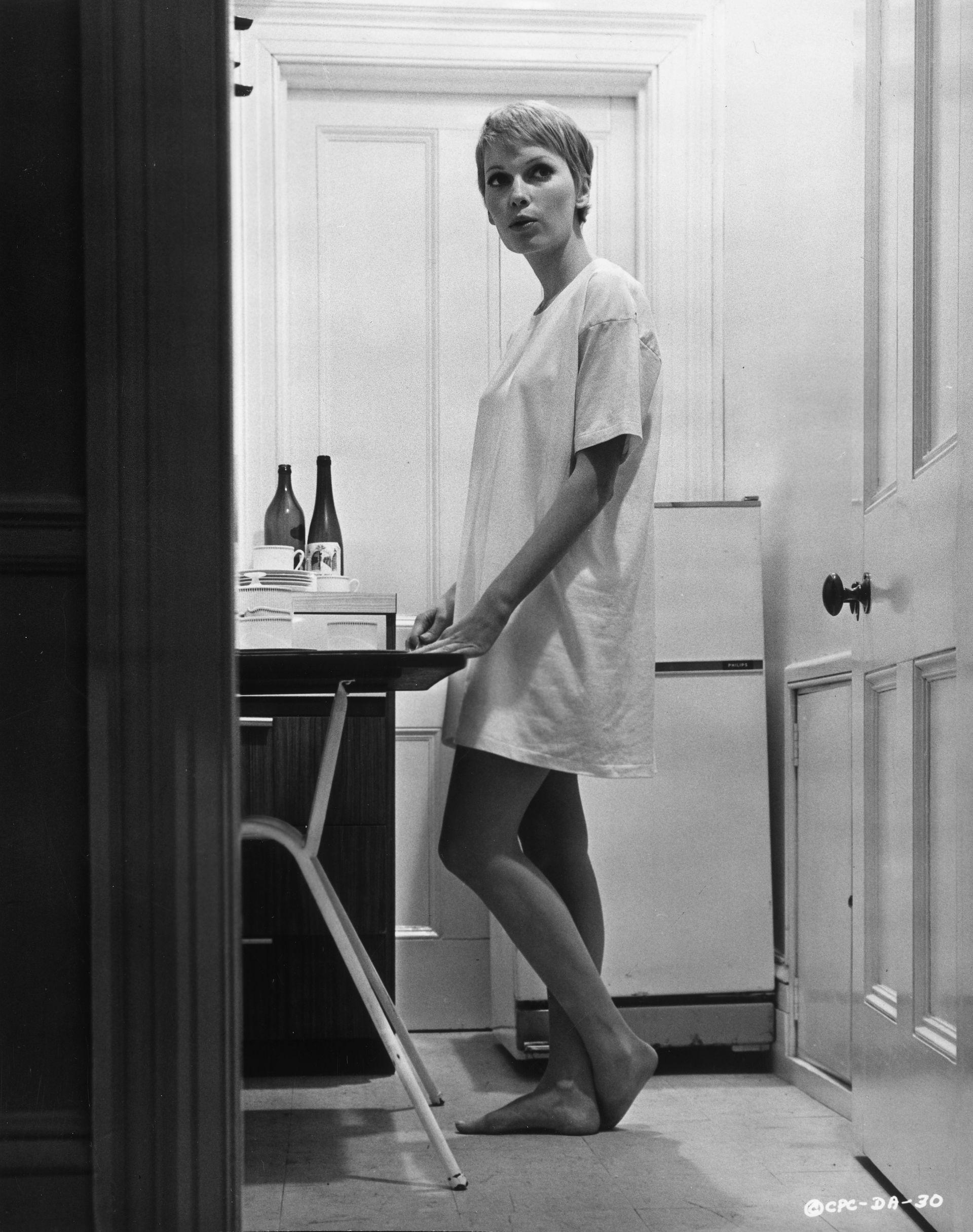 """Mia Farrow w oversize'owym t-shircie na planie filmu """"A Dandy in Aspic"""" / 1968"""
