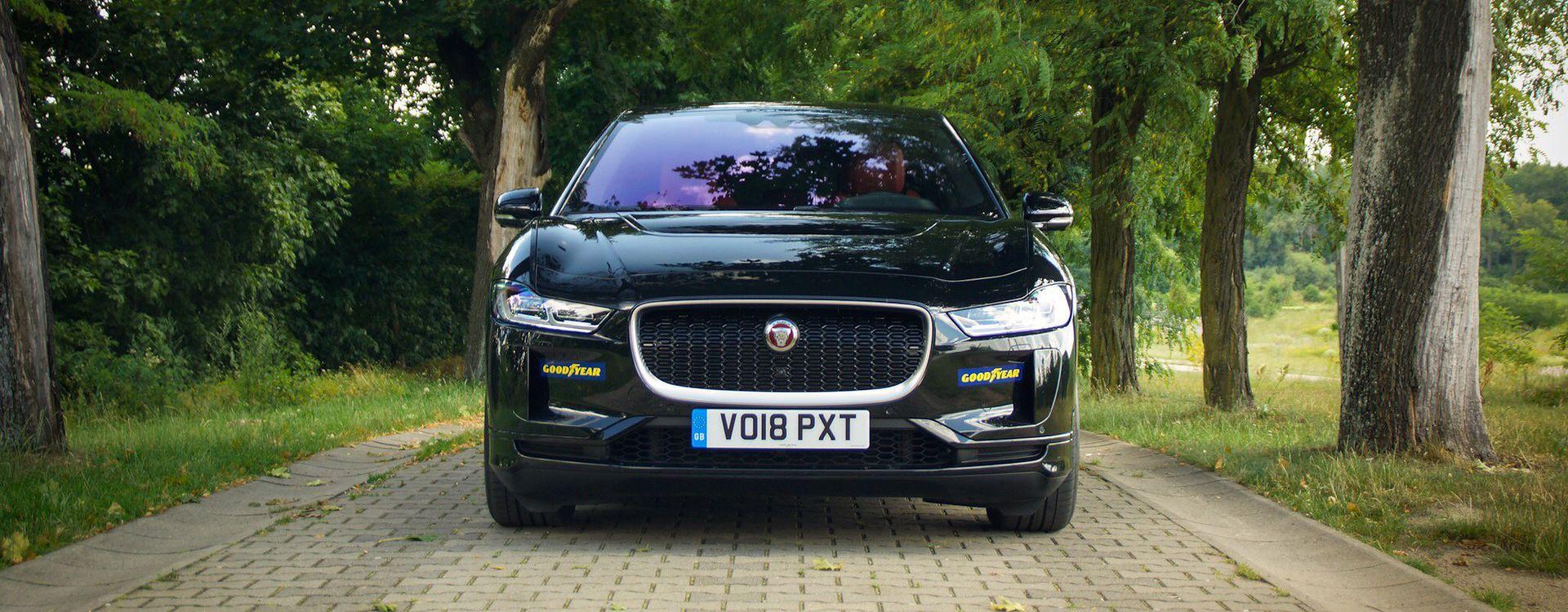 Jaguar I-Pace od frontu ma więcej wspólnego z limuzyną XJ niż SUV-ami marki.