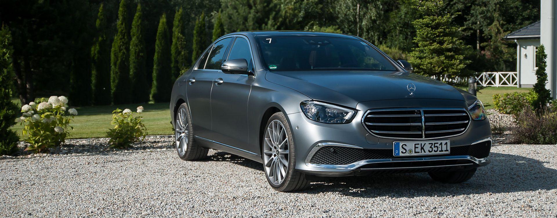"""Mercedes Klasy E. Wersja przodu z """"celownikiem"""" ma coraz mniejszą popularność."""