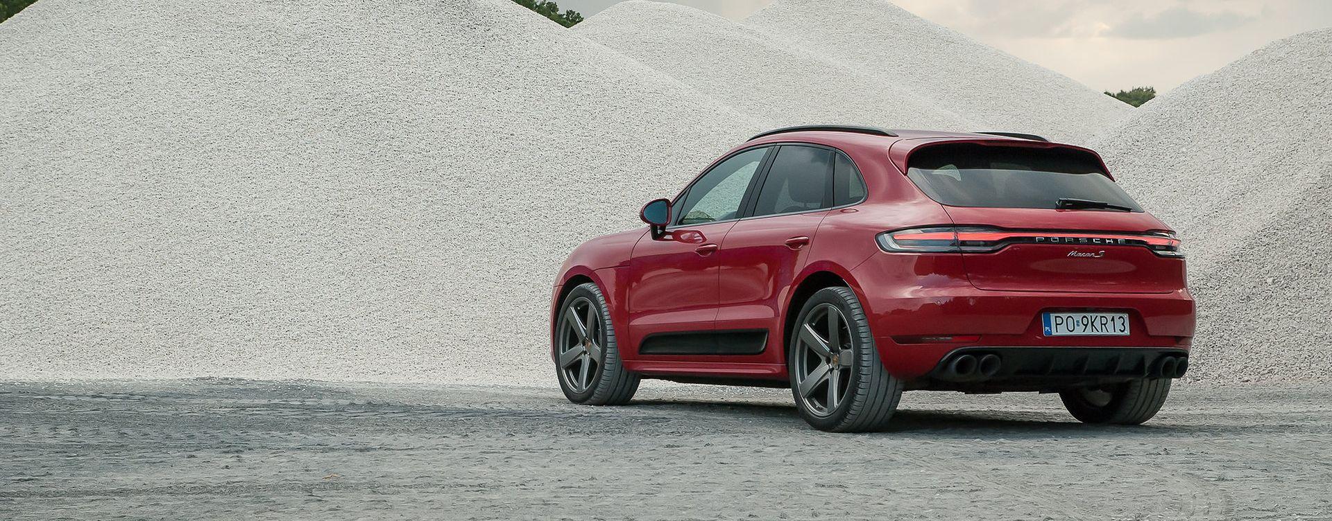Porsche Macan po liftingu ma światła rozciągające się na całą szerokość auta.