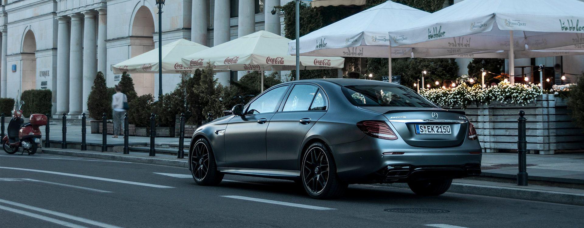 Mocarna limuzyna Mercedesa nie zapowiada swoim wyglądem tak ekstremalnych doznań za kierownicą