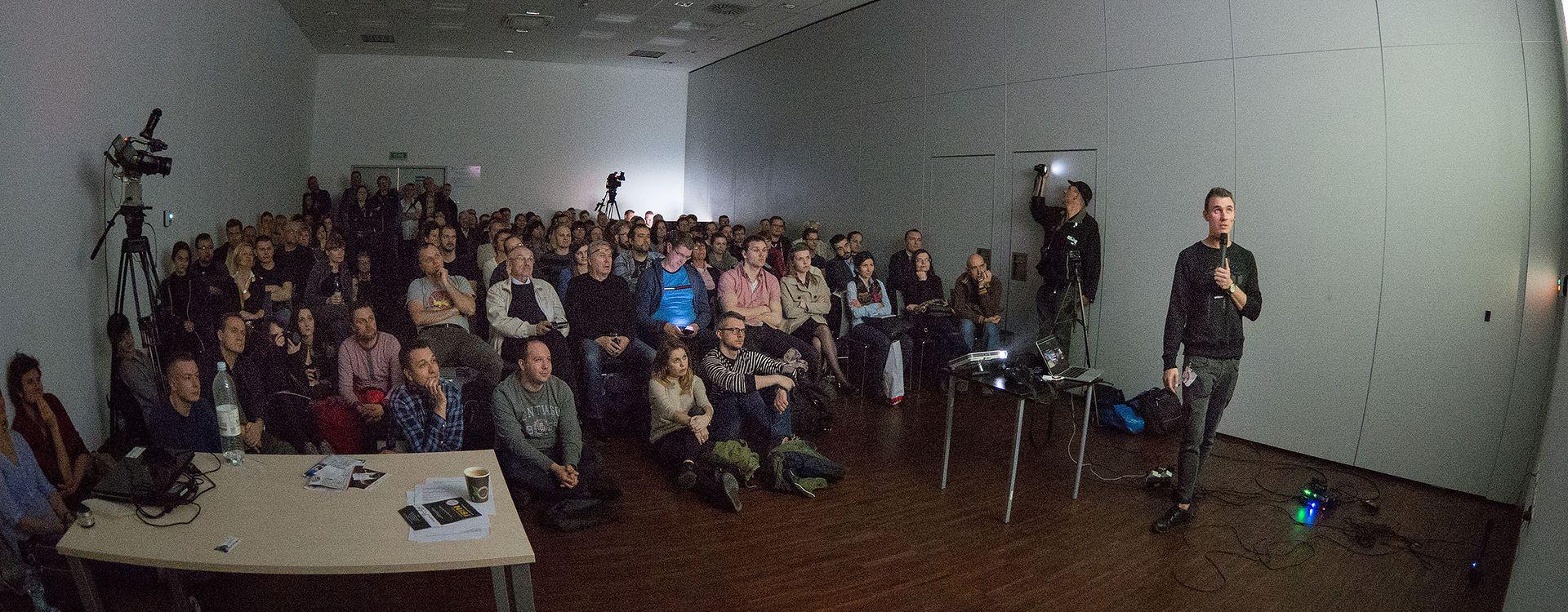 Wykład Jakuba Kaźmierczyka, organizowany przez Olympus Polska, zapełnił dużą salę w czasie targów.