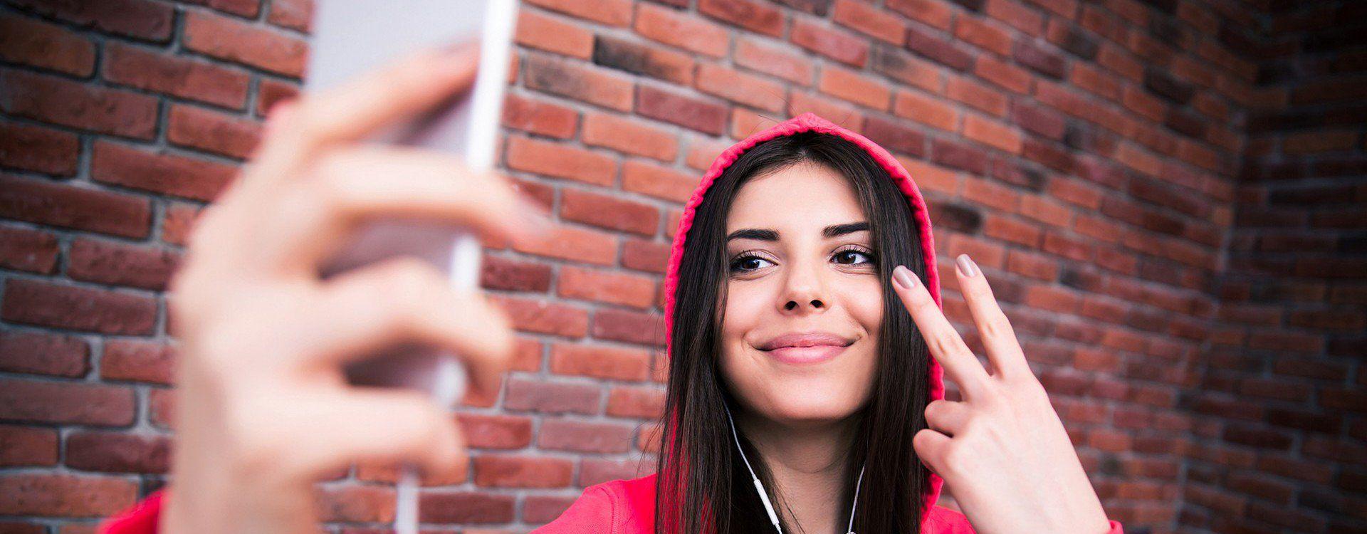 Zdjęcie dziewczyny robiącej selfie pochodzi z serwisu Depositphotos