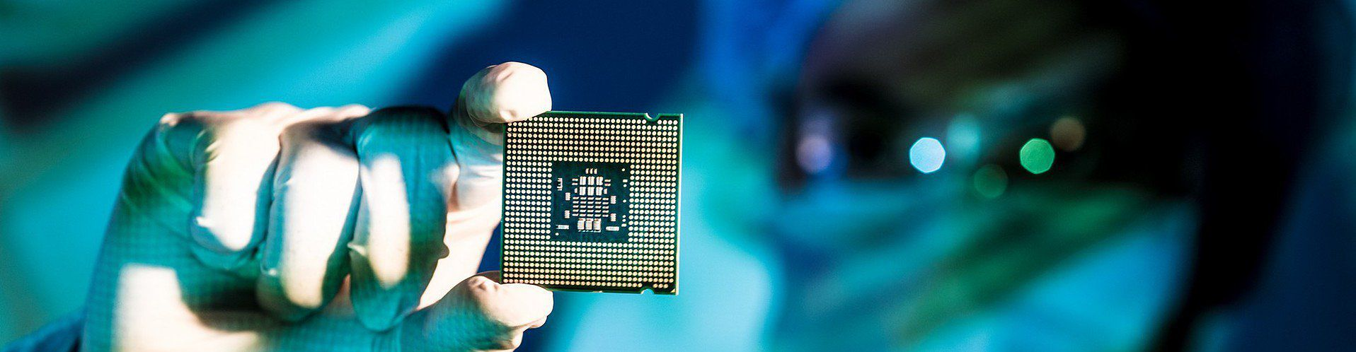 Zdjęcie inżyniera z mikrochipem pochodzi z serwisu Shutterstock