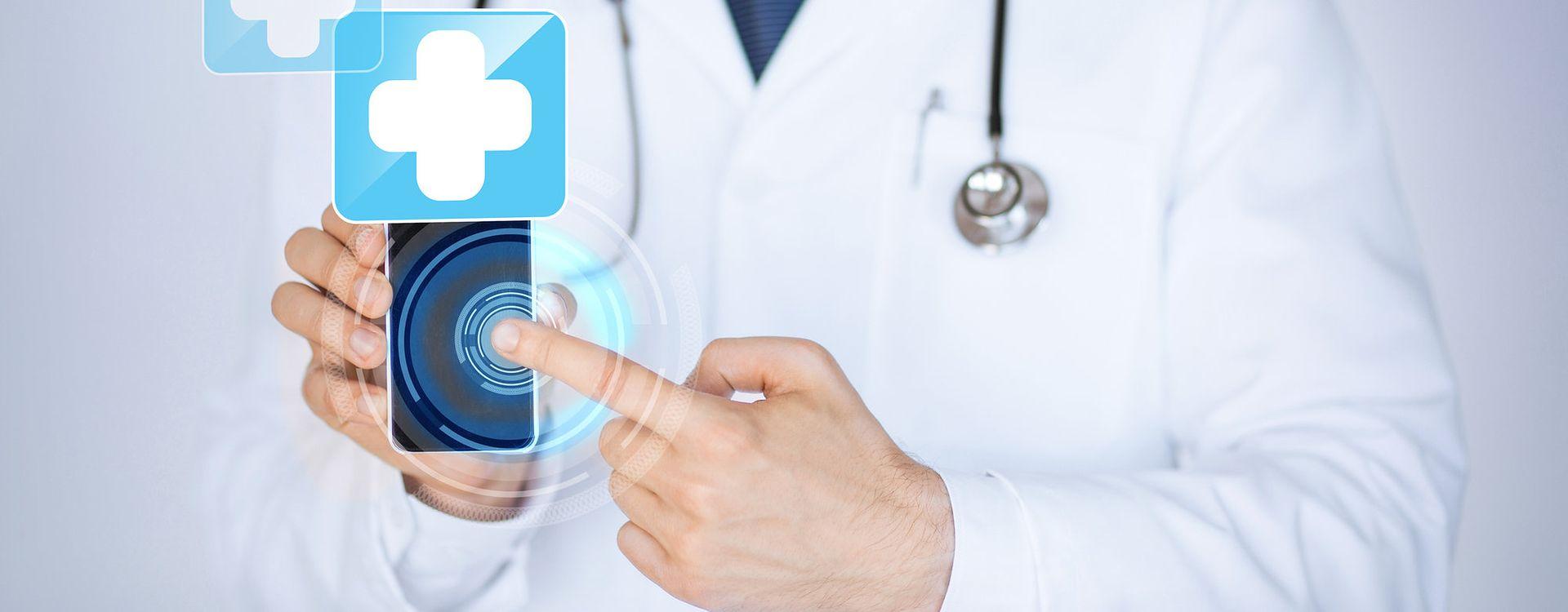 Lekarz ze smartfonem