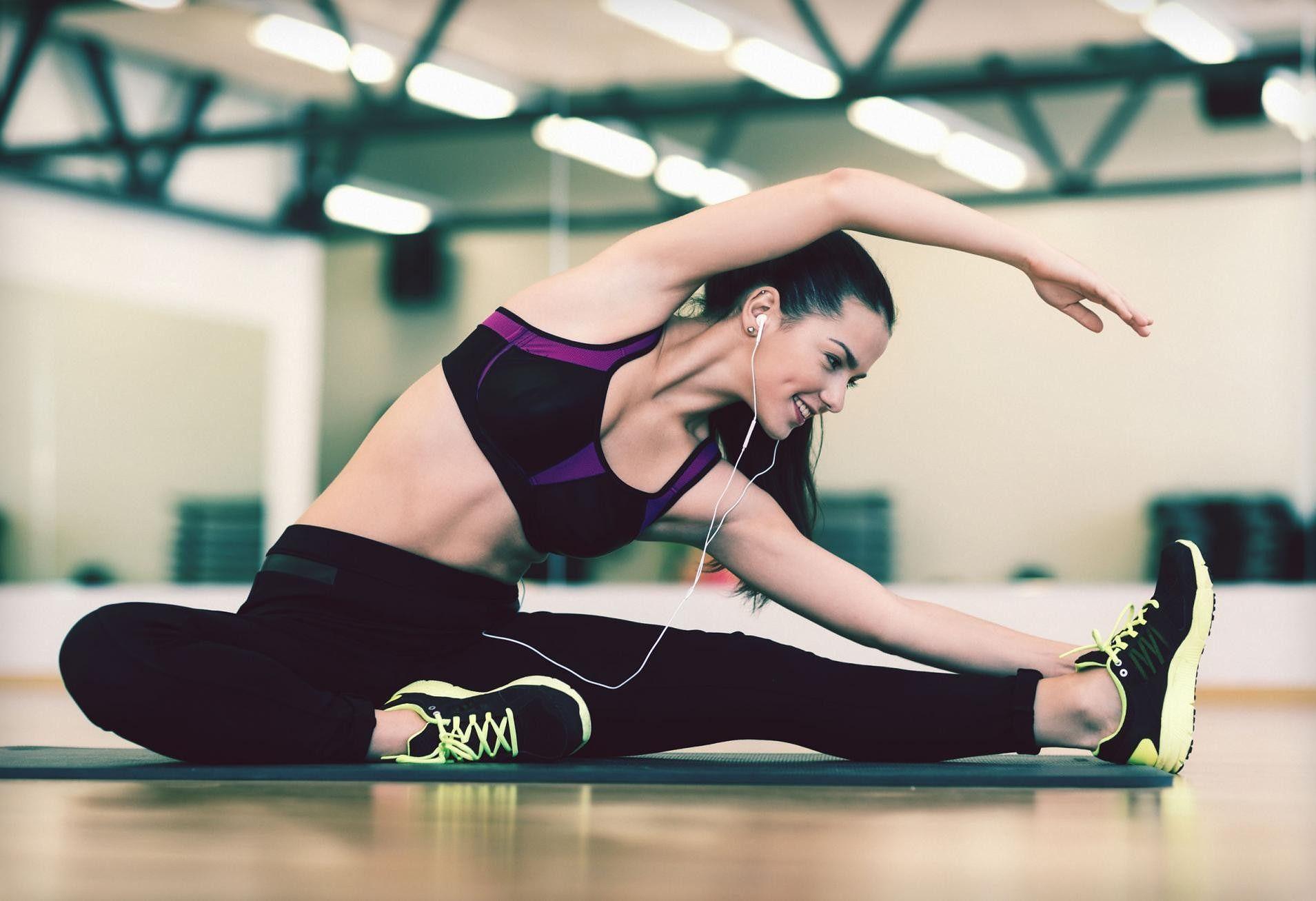 152f108bb59389 Ćwiczenia na brzuch - plank, wykroki, przysiady, brzuszki, łuk, 6 weidera |  WP abcZdrowie