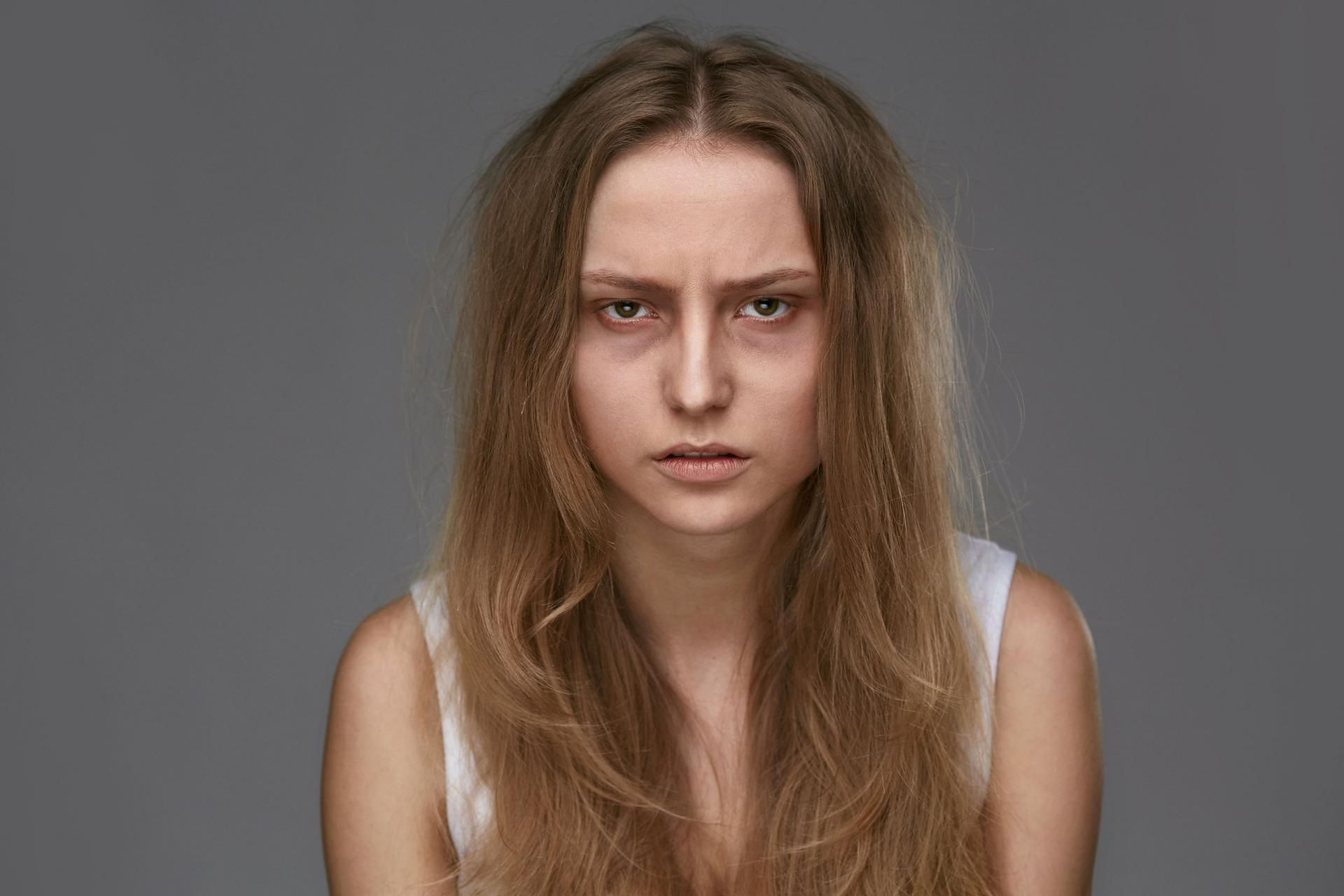 wypadanie włosów podkrążone oczy