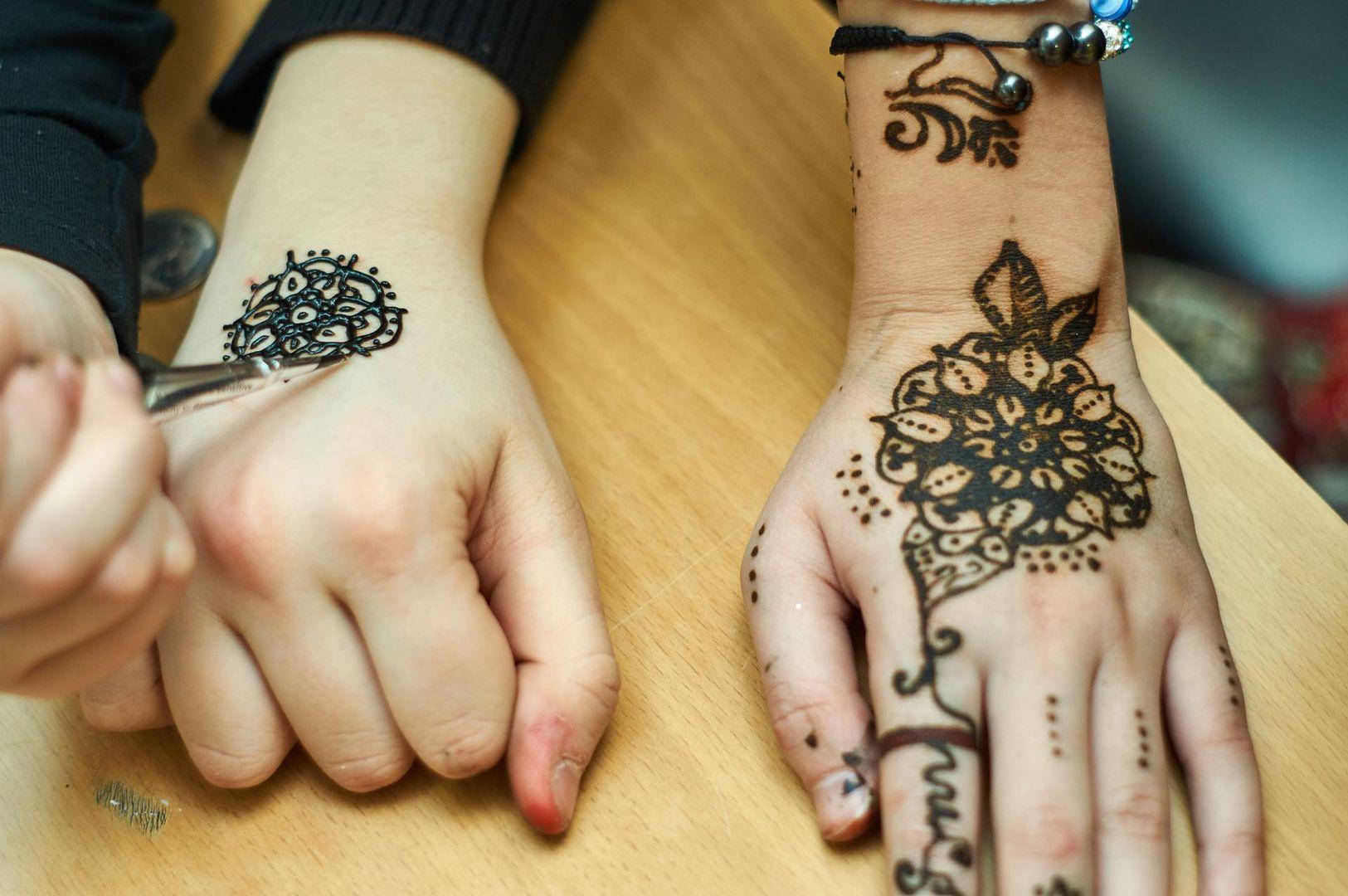 Zrobiła Dziecku Tatuaż Z Henny Bez Zgody Rodziców Są
