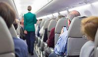 Skandal w samolocie. Pasażerka poczekała, aż osoba przed nią zaśnie, by położyć nogi na zagłówku jej fotela