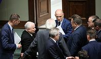 Głosowanie ws. KRS. Kulisy awantury w Sejmie. Nocna narada w PiS, marszałek Elżbieta Witek pod ostrzałem