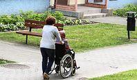 """Opiekunki pracujące w Niemczech skarżą się na wykorzystywanie przez pośredników. """"Opowiadają, że jesteśmy od wszystkiego"""""""