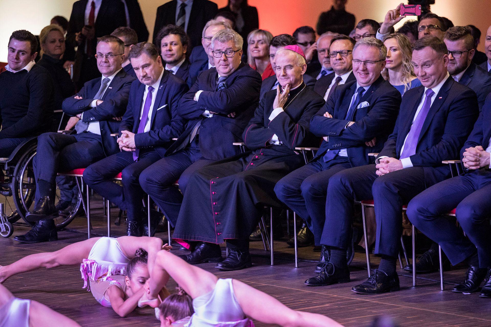 """Występ gimnastyczek przed Andrzejem Dudą to hit internetu. Zorganizowano go w """"nietypowych warunkach"""" - WP Wiadomości"""