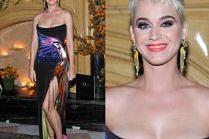 Katy Perry chwali się nogą w sukni z papugą