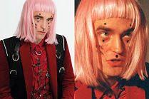 Skupiony Pattinson w różowej peruce