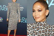 Jennifer Lopez z ciasnym kokiem pozuje na ściance przodem i bokiem