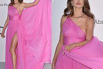 Przejęta Alessandra Ambrosio wachluje suknią na ściance