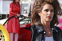 Natapirowana Cindy Crawford tankuje Lamborghini