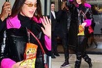 Wystylizowana Bella Hadid wcina Cheetosy