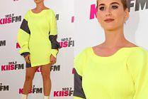 Katy Perry pozuje na ściance w białych kozaczkach