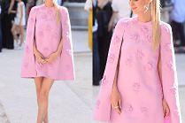 Ciężarna Nicky Hilton w różowej pelerynie