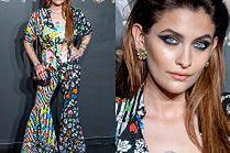 Pstrokata Paris Jackson mrozi spojrzeniem na pokazie Versace