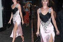 Rosie Huntington-Whiteley gra nogą i wydętymi ustami na imprezie Lexusa