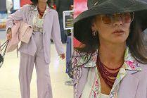 Pastelowa Catherine Zeta-Jones dźwiga torebkę za 24 tysiące złotych