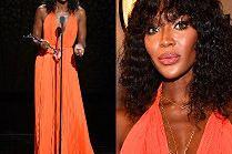 Posągowa Naomi Campbell w pomarańczowej sukni od Calvina Kleina