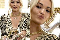 Wzruszona Rita Ora posyła buziaczki znad sandała...