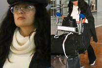 Salma Hayek przemierza lotnisko z wózkiem na bagaże i rozczapierzonym włosem w stylu Hermiony Granger