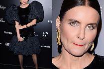 Joanna Horodyńska oblizuje wargi w sukni z bufiastymi rękawami i torebką za 8,5 tysiąca złotych