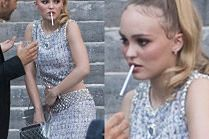 "Lily-Rose Depp rozkoszuje się nikotyną na imprezie ""Vogue'a"""