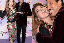 Wystylizowana Shania Twain tonie w ramionach Lionela Richie...