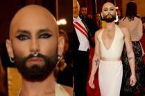 Wygolona głowa i owłosiona klata Conchity Wurst podbijają wiedeńską operę
