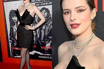"""Bella Thorne eksponuje ramiona w sukience z """"rogatym"""" dekoltem"""